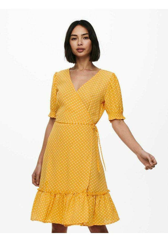 GESMOKT - Sukienka letnia - golden apricot