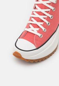 Converse - RUN STAR HIKE UNISEX - High-top trainers - terracotta pink/vintage white/honey - 5