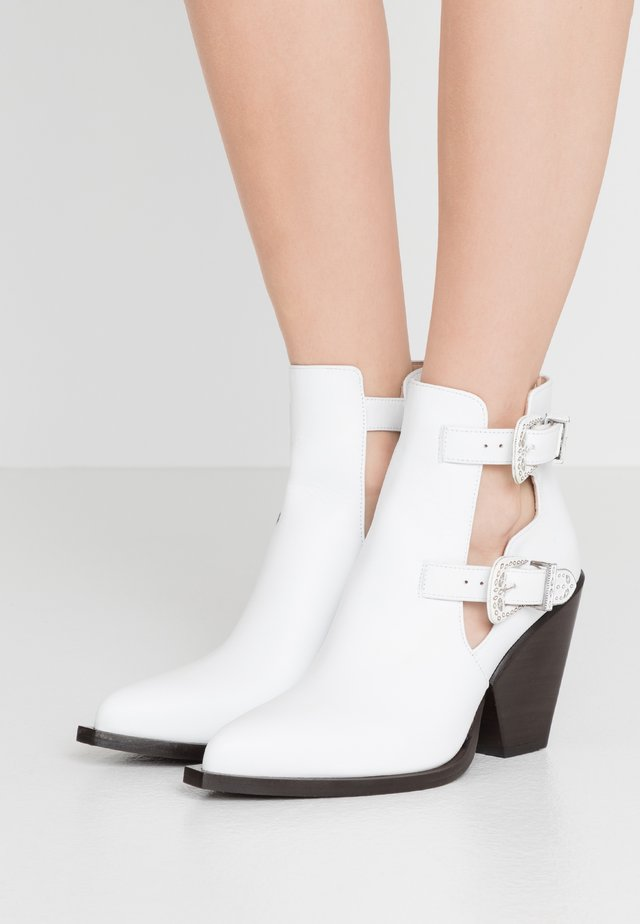 PAPRICA TRONCHETTO - Ankle boot - bianco