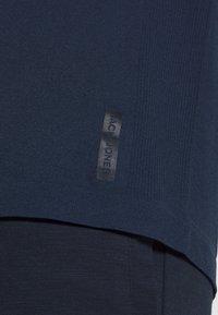 Jack & Jones Performance - JCOZSS SEAMLESS TEE - T-shirts basic - sky captain - 4