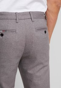 Tommy Hilfiger - DENTON LOOK - Pantalones chinos - grey - 5