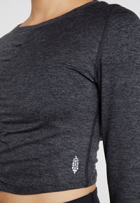 Free People - FP MOVEMENT SWERVE LONG SLEEVE LAYER - T-shirt à manches longues - carbon - 5