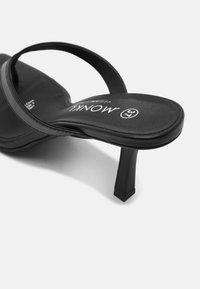 Monki - Sandalias de dedo - black - 5
