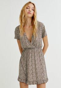 PULL&BEAR - MIT VOLANTS UND PRINT - Day dress - mottled light brown - 0
