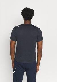 Nike Performance - RUN - Print T-shirt - black/thunder blue/silver - 2