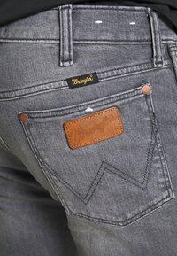 Wrangler - LARSTON - Jeansy Slim Fit - dusty black - 4