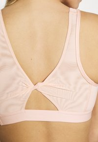 Nike Performance - FAVORITES NOVELTY BRA - Sports bra - coral