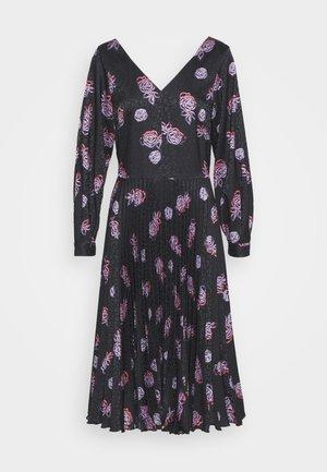 V NECK PLEATED DRESS - Hverdagskjoler - black