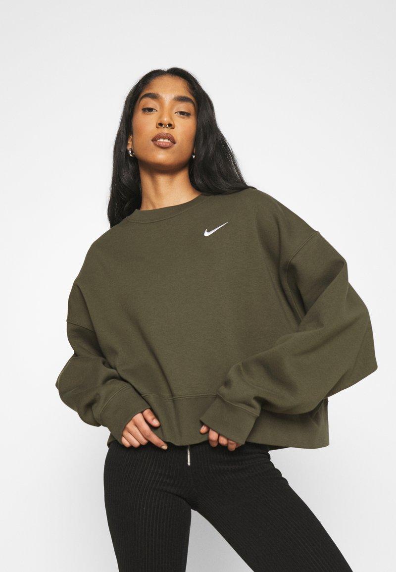 Nike Sportswear - CREW TREND - Sweatshirt - khaki/white