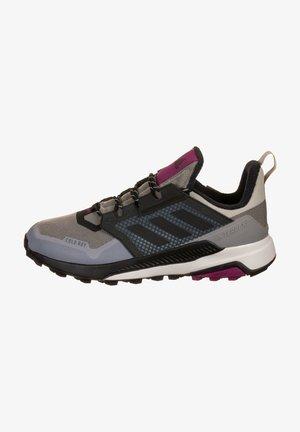 Chaussures de running stables - metal grey/core black /power berry