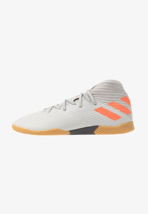 NEMEZIZ 19.3 IN - Indoor football boots - grey two/solar orange/core white