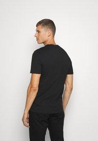 Guess - TEE - Basic T-shirt - jet black - 2