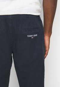 Tommy Jeans - SCANTON JOG PANTS - Pantaloni sportivi - twilight navy - 5