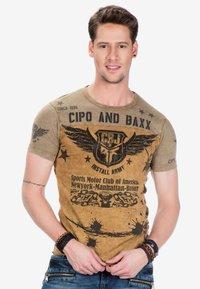 Cipo & Baxx - Print T-shirt - mustard - 0