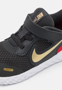 Nike Performance - REVOLUTION 5 UNISEX - Hardloopschoenen neutraal - dark smoke grey/metallic gold/white/university red - 5