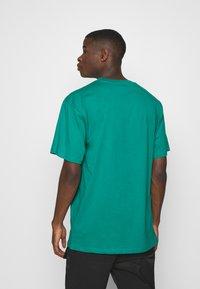 Karl Kani - SMALL SIGNATURE TEE UNISEX - Print T-shirt - turquoise - 0
