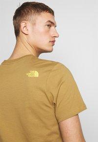 The North Face - MENS GRAPHIC TEE - Print T-shirt - british khaki - 6