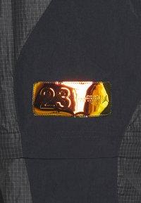 Jordan - TRACK PANT - Pantalon de survêtement - black/university gold - 3