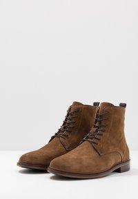 Shoe The Bear - NED - Šněrovací kotníkové boty - tobacco - 2