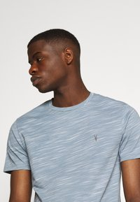 AllSaints - OWEN CREW - Print T-shirt - enamel blue - 4