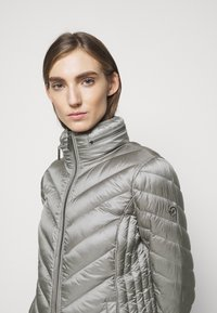 MICHAEL Michael Kors - SHORT PACKABLE PUFFER - Daunenjacke - concrete - 3