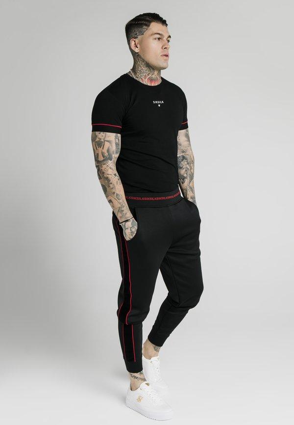 SIKSILK IMPERIAL STRAIGHT TECH TEE - T-shirt z nadrukiem - black/red/czarny Odzież Męska ZIJR