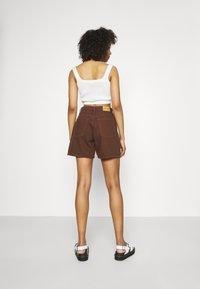 Monki - Jeansshorts - brown dark/unique brown - 2