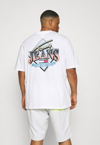 Tommy Jeans Plus - DIAMOND BACK LOGO TEE - Triko s potiskem - white - 0