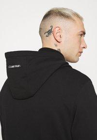 Calvin Klein - VERTICAL SIDE LOGO HOODIE - Felpa con cappuccio - black - 3