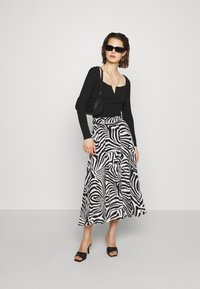 Who What Wear - THE BELTED CIRCLE SKIRT - A-line skirt - white - 1