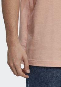 adidas Originals - ABSTRACT TEE UNISEX - Print T-shirt - dust pink - 5