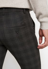 Jack & Jones PREMIUM - JJIMARCO JJCONNOR CHECK - Chino - dark grey - 3