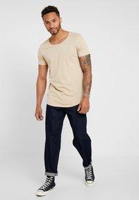 Lee - SHAPED TEE - T-shirt imprimé - dust beige - 1