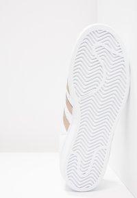 adidas Originals - SUPERSTAR - Sneakers laag - footwear white/cyber metallic - 4