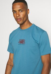 WAWWA - HARMONIA UNISEX - Print T-shirt - sky blue - 4