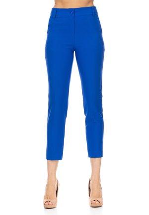 MIT BUND UND TASCHEN AN DEN SEITEN UND AM RÜCKEN - Trousers - blue