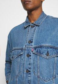 Levi's® - STAY LOOSE TRUCKER UNISEX - Denim jacket - med indigo - 3
