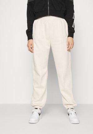 MR PANT - Pantalones deportivos - pearl white/white