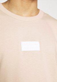 adidas Originals - BADGE UNISEX - Basic T-shirt - halo ivory - 4