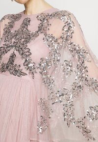 Maya Deluxe - CAPE SLEEVE MAXI DRESS WITH FLORAL EMBELLISHMENT - Ballkjole - frosted pink - 4