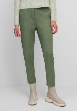 AUS STRETCHIGEM TWILL - Cargo trousers - green