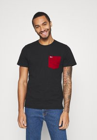 Tommy Jeans - CONTRAST POCKET TEE  - T-shirt z nadrukiem - black - 0