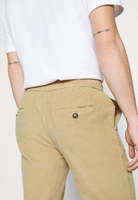 Redefined Rebel - RON PANTS - Trousers - sand - 3
