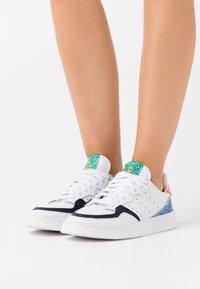 adidas Originals - SUPER COURT SPORTS INSPIRED SHOES - Sneakersy niskie - footwear white/legend ink/glow pink - 0