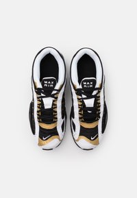 Nike Sportswear - AIR MAX TAILWIND IV - Sneakers basse - black/metallic gold/white - 3