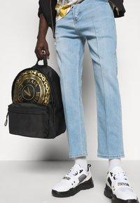 Versace Jeans Couture - UNISEX - Mochila - black/gold - 1
