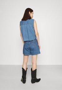 Levi's® - PLEATED - Denim shorts - blue denim - 2