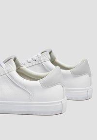 PULL&BEAR - MIT BROGUING - Sneakers basse - white - 4