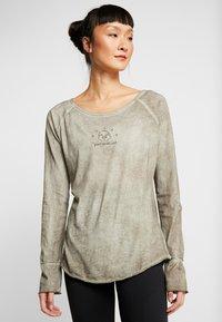 Yogasearcher - KARANI - Long sleeved top - grey - 0