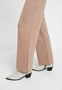 EDITED - HALI PANTS - Kalhoty - beige - 4